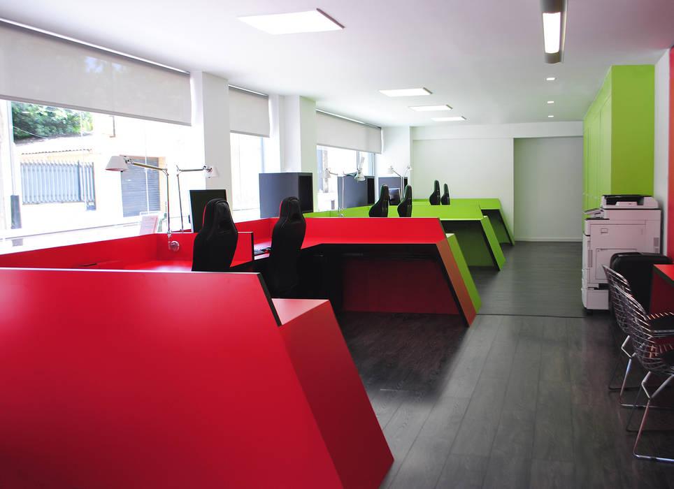 Pavimento de aspecto madera oscura para todo el espacio MANUEL TORRES DESIGN Oficinas y tiendas Rojo