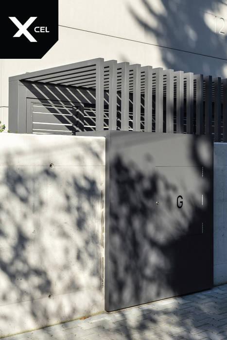 Ogrodzenie z pomieszczeniem na kubły na śmieci od XCEL Fence Nowoczesny