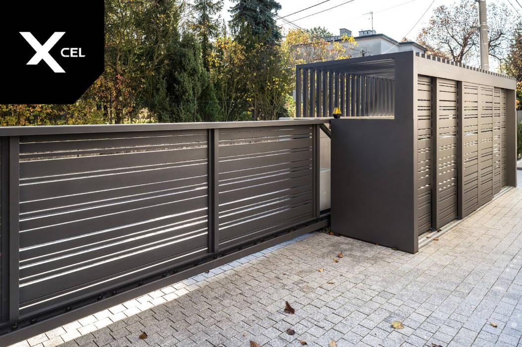 Brama wjazdowa i pomieszczenie z kubłami na śmieci od XCEL Fence Nowoczesny