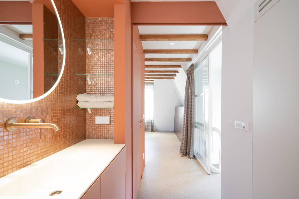 zicht naar de slaapkamer Moderne badkamers van ÈMCÉ interior architecture Modern