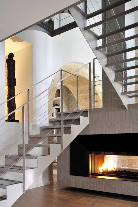Rénovation d'une maison atypique à Lyon en pierres dorées Salon classique par Volumes Architectures d'Intérieurs Classique
