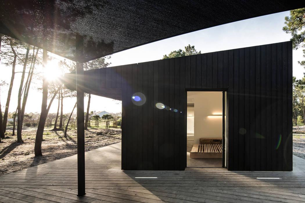 Cabins in Comporta por Studio 3A Mediterrânico Madeira Acabamento em madeira