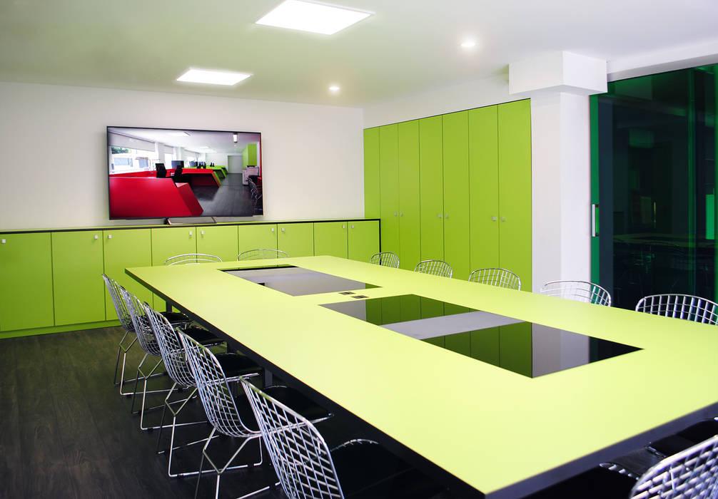 La paleta cromática de dicho mobiliario une los dos conceptos corporativos. MANUEL TORRES DESIGN Oficinas y tiendas de estilo industrial Verde