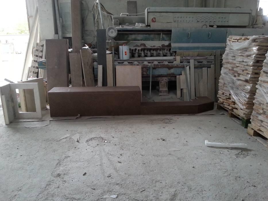 """Realizzazione su Misura in Marmo della Zona Camino del Progetto """"Casa per un ex Politico"""" antonio felicetti architettura & interior design Garage/Rimessa in stile classico Marmo"""