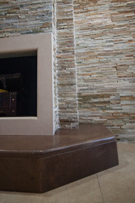 """Realizzazione su Misura in Marmo della Zona Camino del Progetto """"Casa per un ex Politico"""" antonio felicetti architettura & interior design Sala da pranzo in stile classico Marmo Beige"""