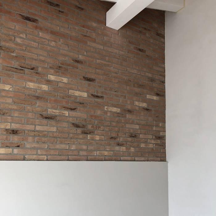 camera con muro faccia a vista WBA Camera da letto piccola Bianco
