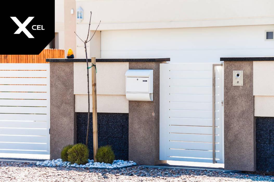 Nowoczesne ogrodzenie aluminiowe z białą furtką od XCEL Fence Nowoczesny