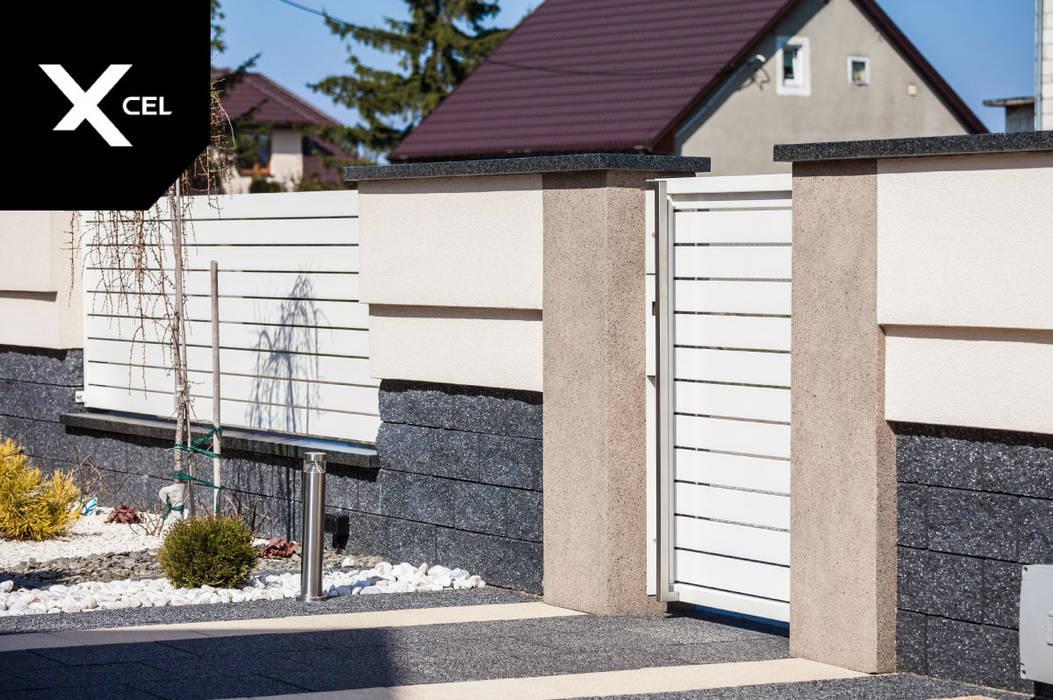 Nowoczesne ogrodzenie z biała furtką aluminiową od XCEL Fence Nowoczesny