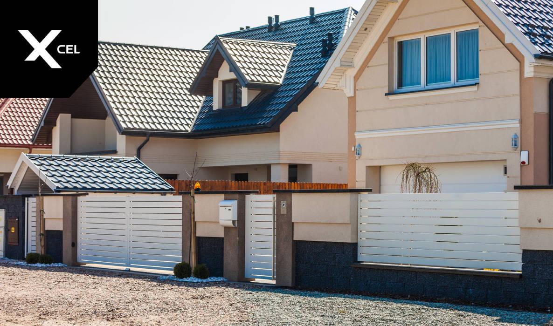 Białe ogrodzenie aluminiowe z trójkolorowymi murkami od XCEL Fence Nowoczesny