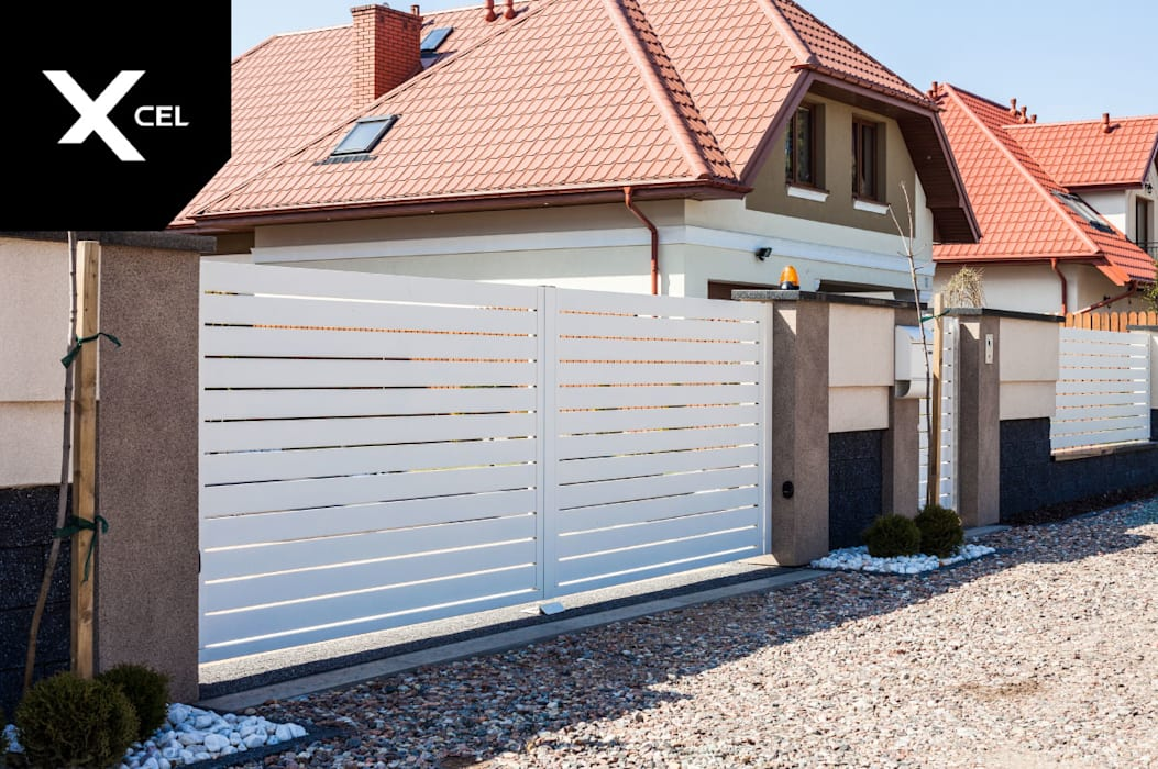 Ogrodzenie aluminiowe z białą bramą przesuwną od XCEL Fence Nowoczesny