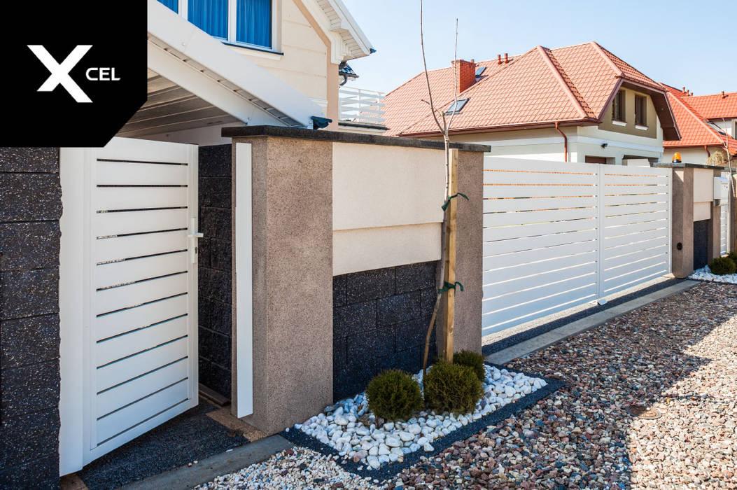 Nowoczesne ogrodzenie z zadaszonym pomieszczeniem na kubły na śmieci od XCEL Fence Nowoczesny