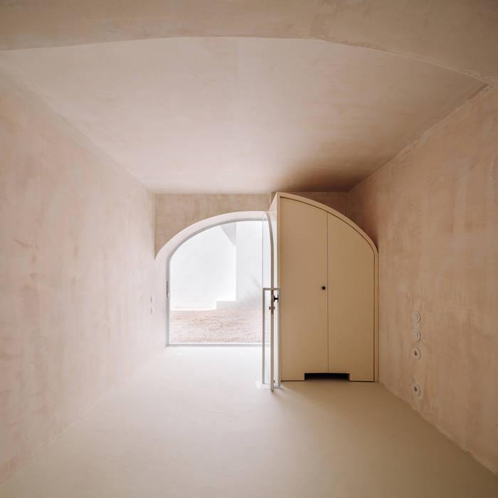 S Vicente Guesthouse I (1st Floor) Janelas e portas minimalistas por CASCA Minimalista