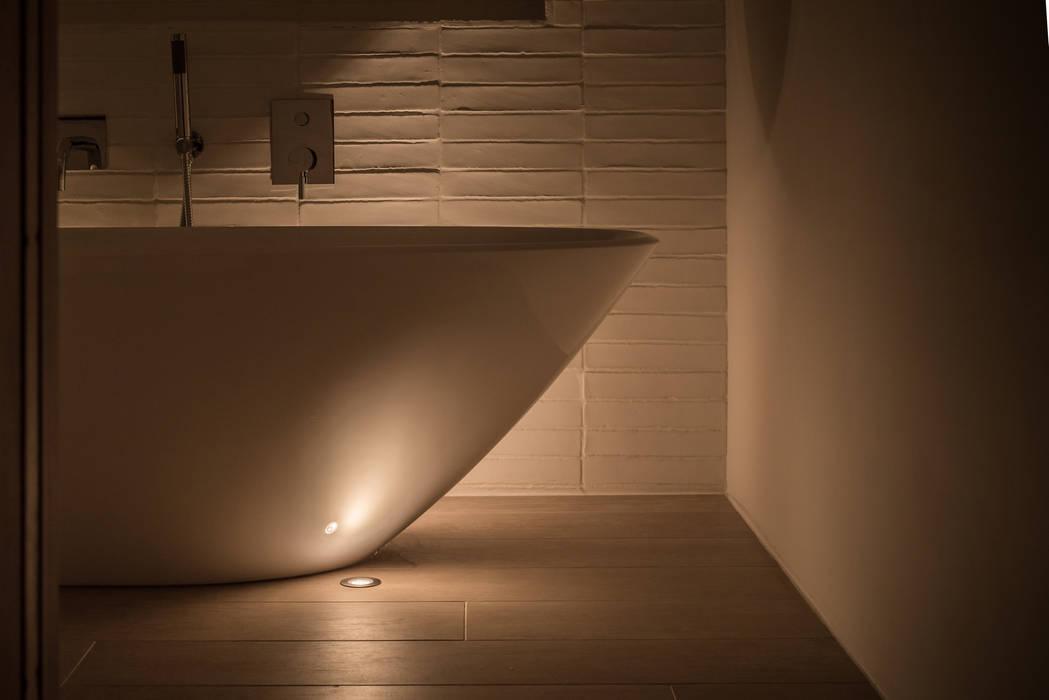 Floor uplighting around a free-standing bath Arco2 Architecture Ltd Kamar Mandi Modern