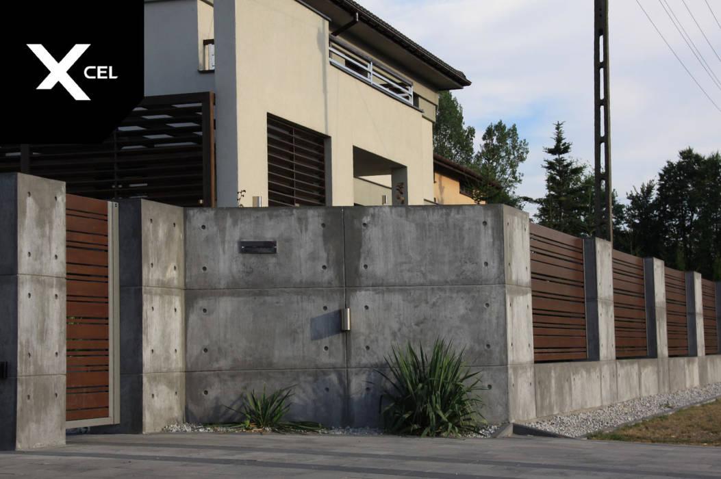 Betonowe ogrodzenie z nowoczesną furtką aluminiową XCEL Fence Podwórko