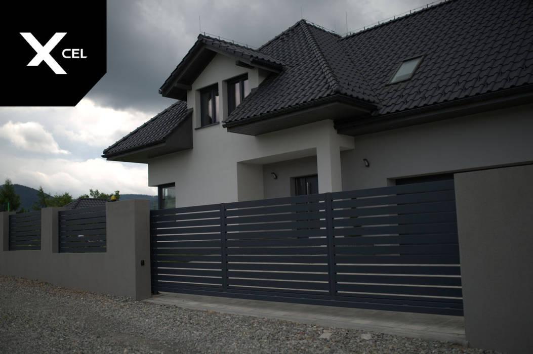 Nowoczesne ogrodzenie aluminiowe z solidną bramą dwuskrzydłową XCEL Fence Podwórko