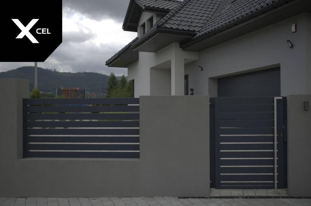 Grafitowe ogrodzenie aluminiowe z nowoczesną furtką od XCEL Fence Nowoczesny