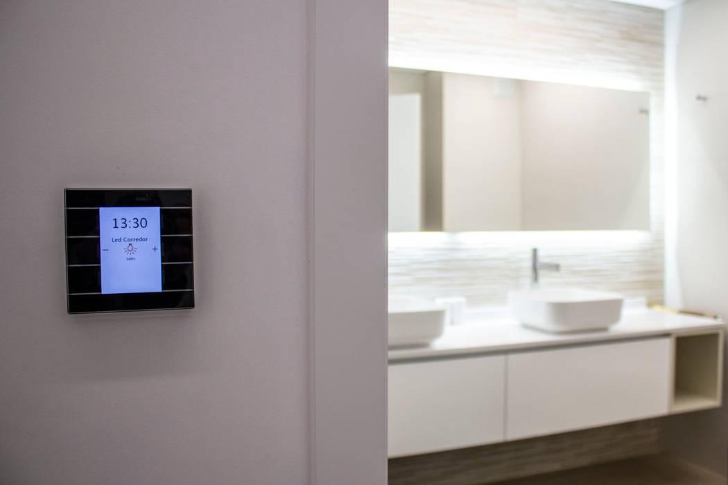 KNX Glass Buttom para ter o controlo de tudo na ponta do seu dedo Plan-C Technologies Lda Corredores, halls e escadas modernos