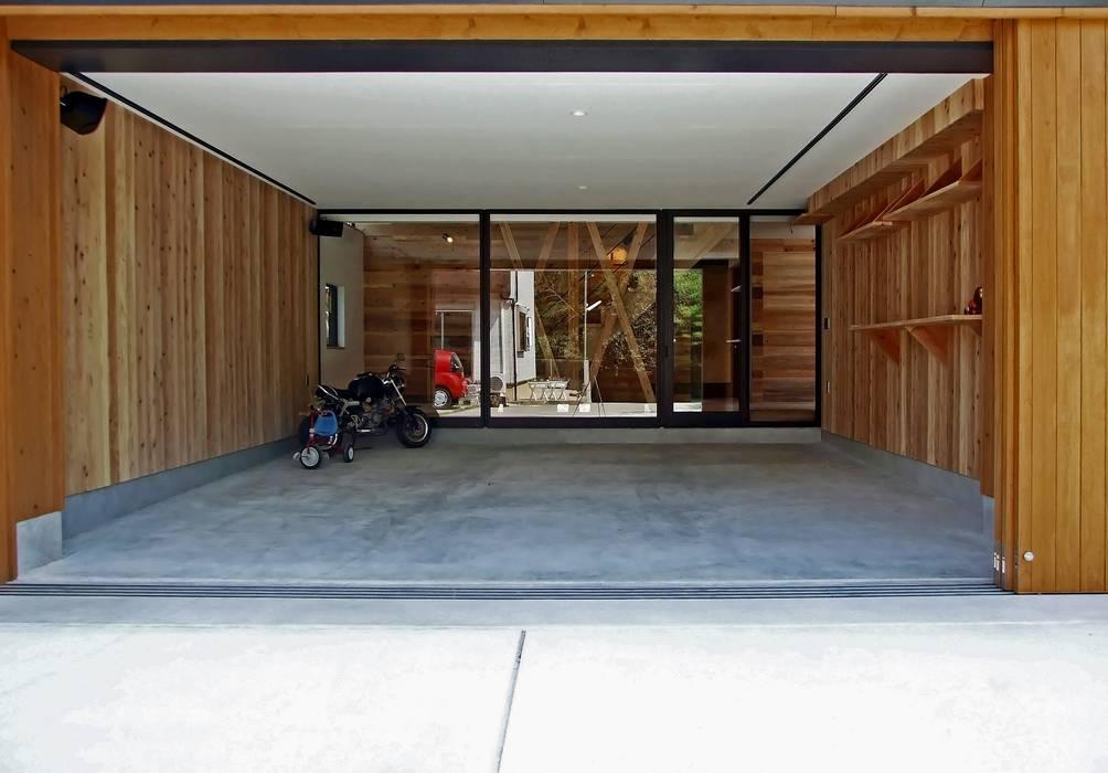 ビルトインガレージ 岩瀬隆広建築設計 モダンデザインの ガレージ・物置 木 木目調