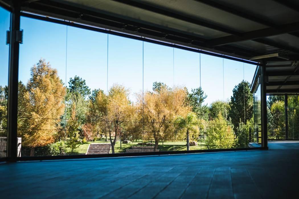 Muro móvil de cristal en jardín Muros y Puertas Zurbía Jardines modernos Vidrio Transparente
