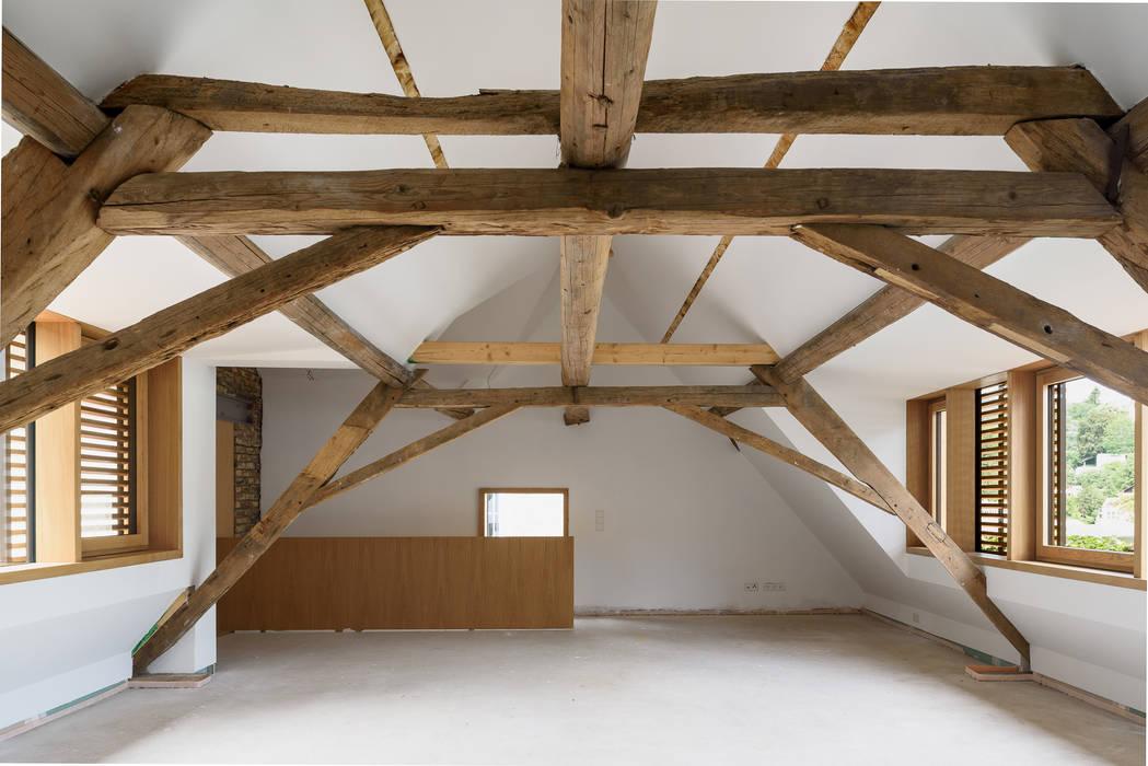Denkmalgerechter Umbau eines Anwesens aus dem 18. Jahrhundert im Taunus Scharrer Architektur GmbH Dach