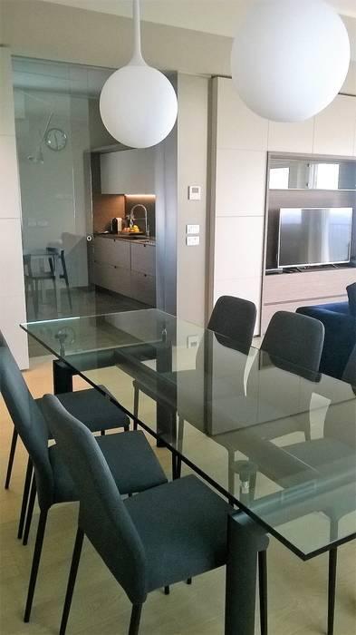 Un appartamento al sedicesimo piano si trasforma DE CARLO ARCHITETTI Sala da pranzo moderna