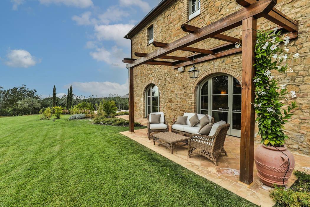 Area esterna relax Arch. Alessandra Cipriani Case in stile rustico