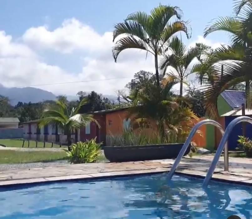 Lucia Helena Bellini arquitetura e interiores Tropical style hotels Tiles Multicolored