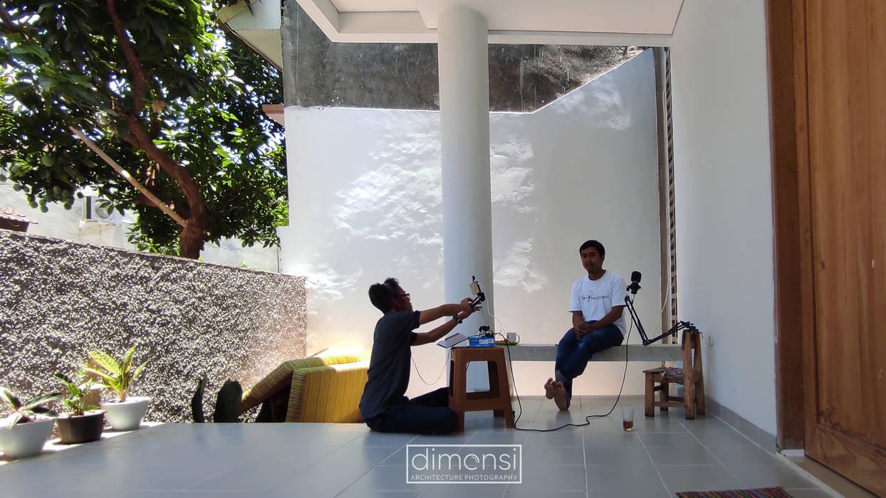 T House | Rumah Anti Matahari Barat MR Arsitek Balkon, Beranda & Teras Minimalis