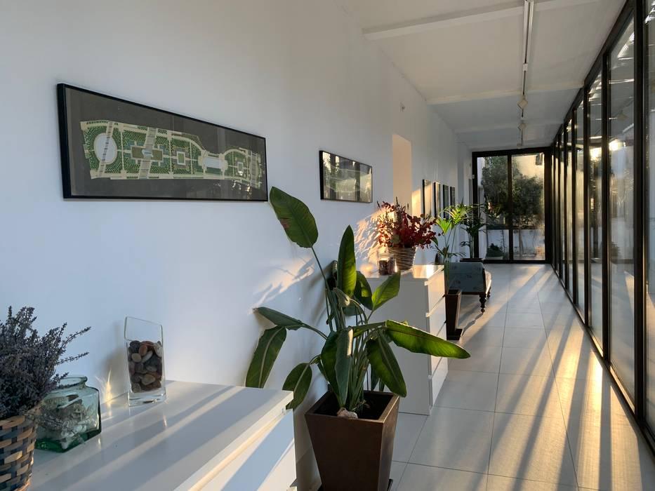 corredor acristalado, quién ha dicho que un pasillo es espacio perdido? Gomez-Ferrer arquitectos Vestíbulos, pasillos y escalerasAccesorios y decoración