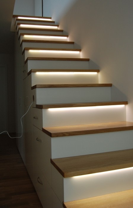 Exklusive Treppe mit Regalunterbau, Eiche / weiß lackiert Lignum Möbelmanufaktur GmbH Flur, Diele & TreppenhausTreppen
