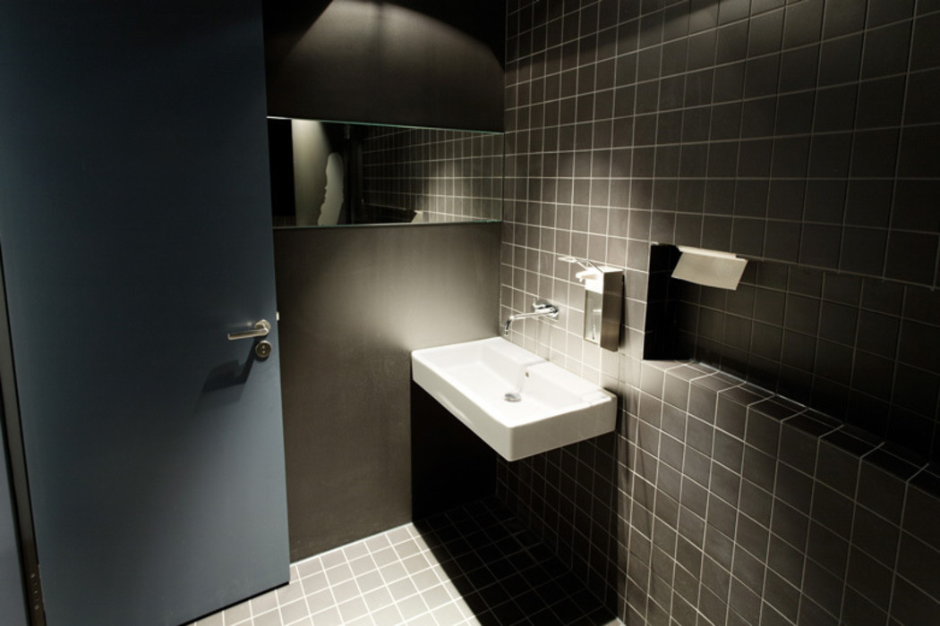 WC-Bereich a-base I büro für architektur Moderne Badezimmer