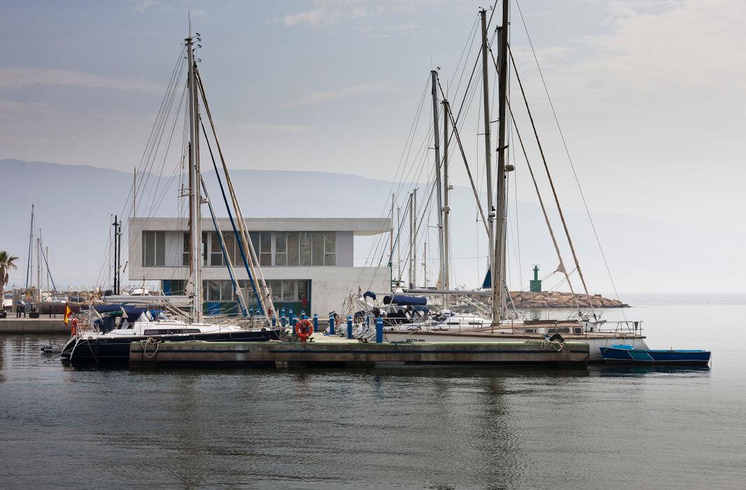 Edificio de Oficinas y Servicios en el Puerto de Roquetas de Mar, Almería Donaire Arquitectos Oficinas y tiendas