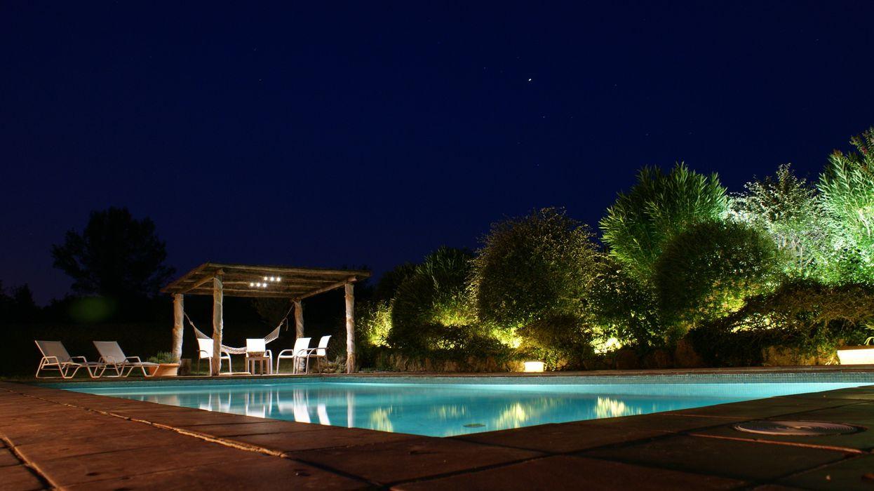 Iluminación piscina y jardín OutSide Tech Light Jardines de estilo rústico