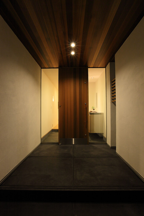 House with the bath of bird Sakurayama-Architect-Design モダンな 窓&ドア