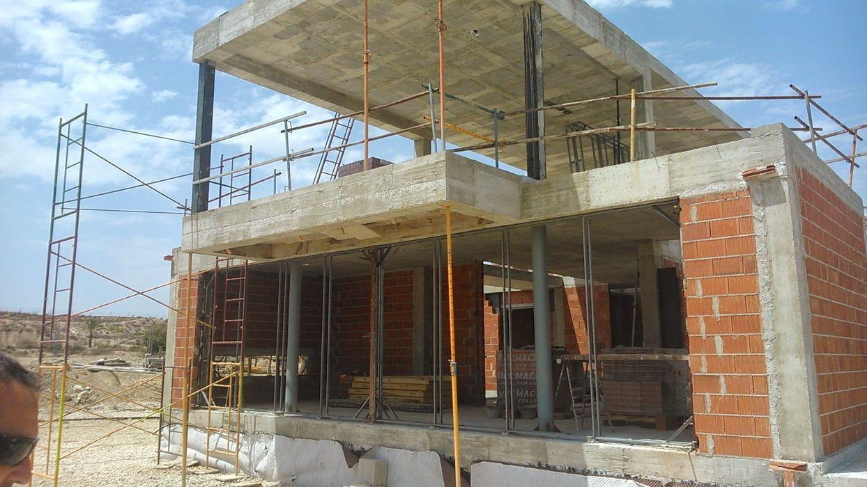 UNA CASA EN H REVESTIDA DE PIEDRA NUÑO ARQUITECTURA Casas de estilo moderno