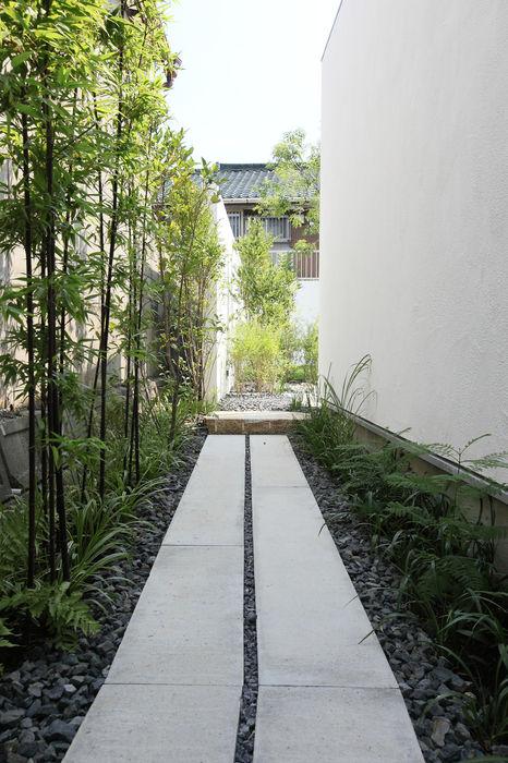 House with the bath of bird Sakurayama-Architect-Design モダンな庭