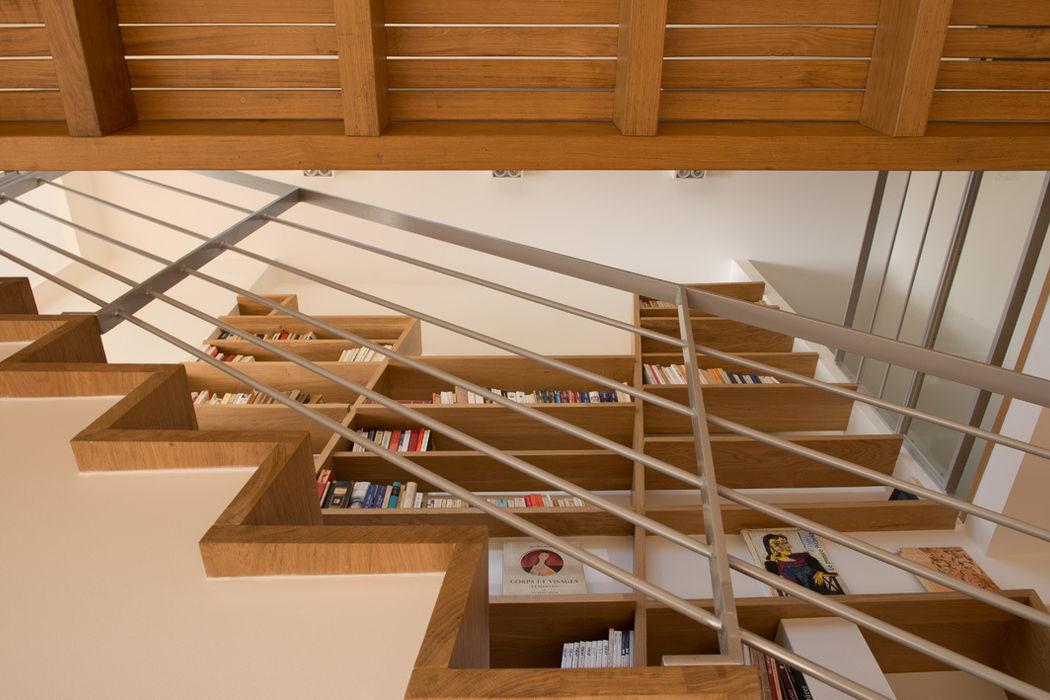 L'escalier MELANIE LALLEMAND ARCHITECTURES Couloir, entrée, escaliers modernes