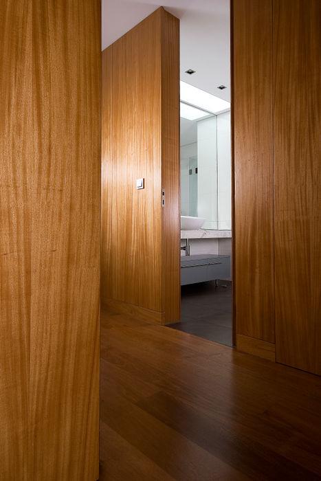 Albertina Oliveira-Arquitetura Unipessoal Lda Minimalist corridor, hallway & stairs
