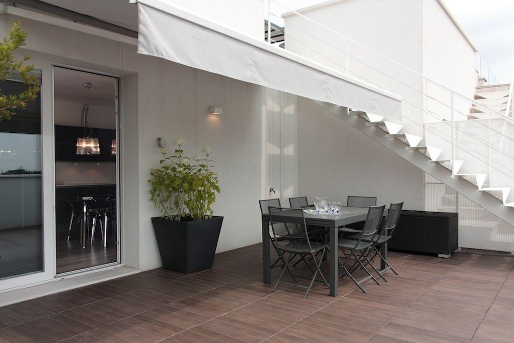 Angolo pranzo in terrazza Francesca Bonorandi Balcone, Veranda & Terrazza in stile minimalista