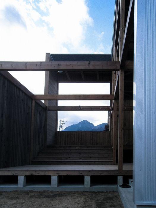 MST3-house. AtelierorB オリジナルな 家 ブラウン