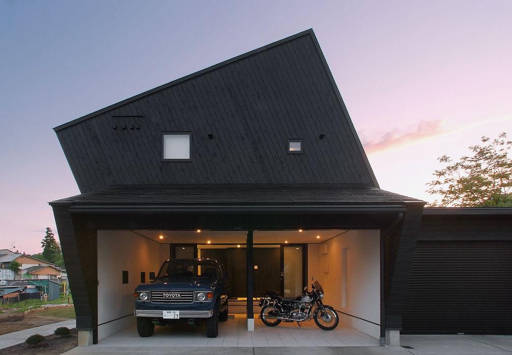 Black アースワーク建築設計事務所 オリジナルデザインの ガレージ・物置