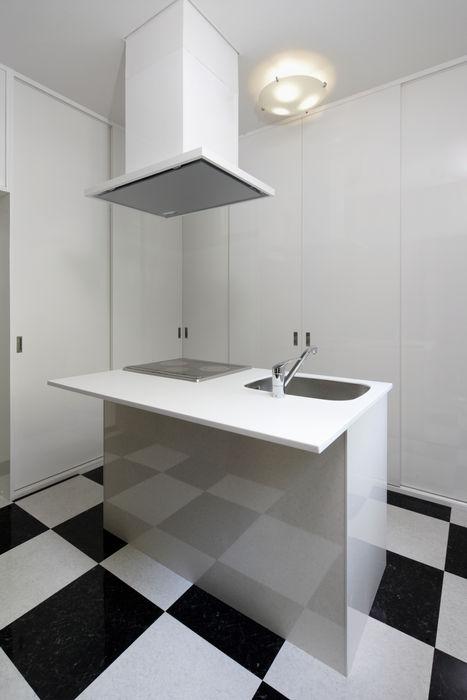 既製品を組み合わせたローコストキッチン 鈴木賢建築設計事務所/SATOSHI SUZUKI ARCHITECT OFFICE モダンな キッチン