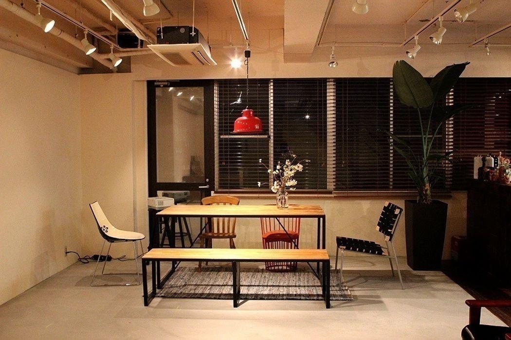 V Studio Yunhee Choe 勉強部屋/オフィス机 木 木目調