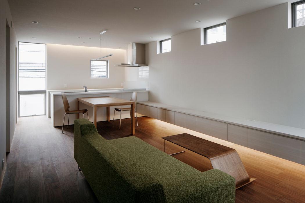 リビングからキッチンを見る 松岡淳建築設計事務所 モダンデザインの リビング