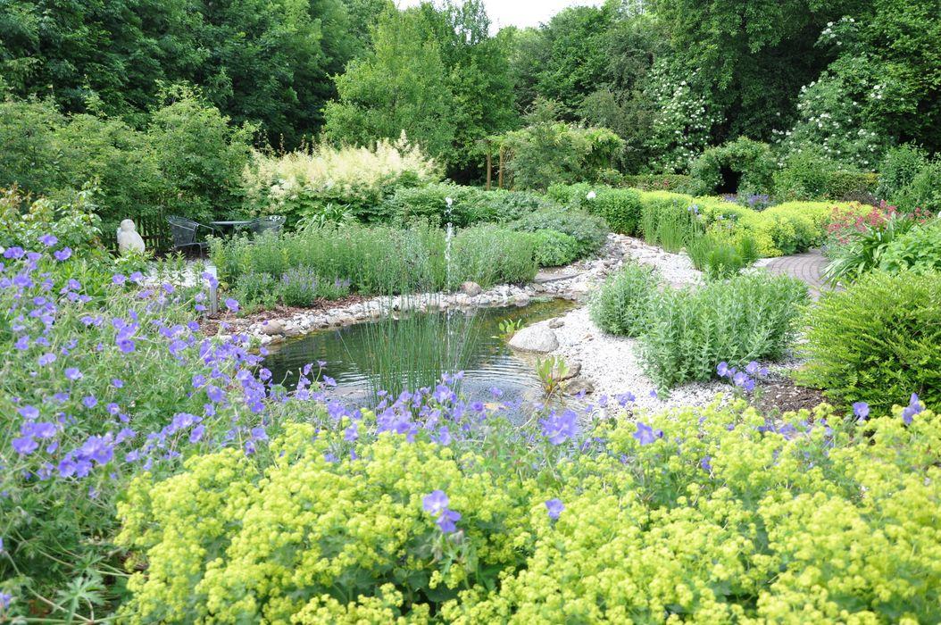 Bach und Fontäne Ambiente Gartengestaltung Garten im Landhausstil