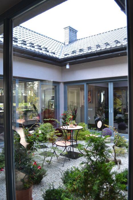 Dom z wewnętrznym PATIO Autorskie Studio Projektu QUBATURA Nowoczesny ogród