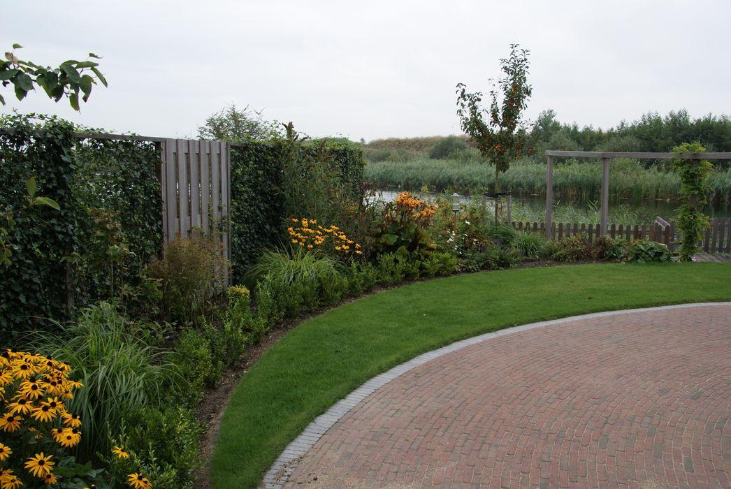 Erfgrens en beplanting Ontwerpstudio Angela's Tuinen Landelijke tuinen