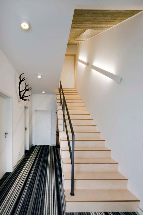 w. raum Architektur + Innenarchitektur Modern Corridor, Hallway and Staircase