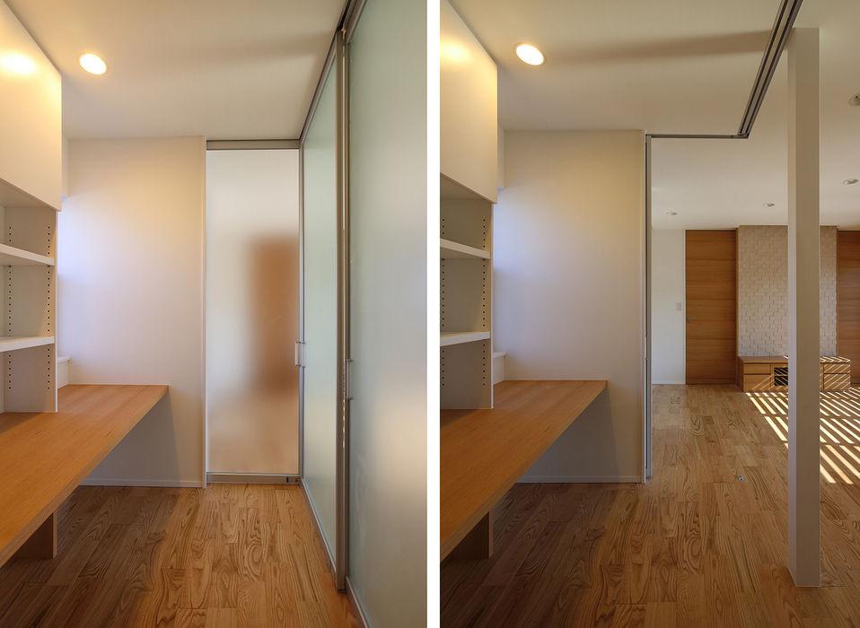 リビングとの間で間仕切り可能なスタディコーナー シーズ・アーキスタディオ建築設計室 モダンデザインの 多目的室