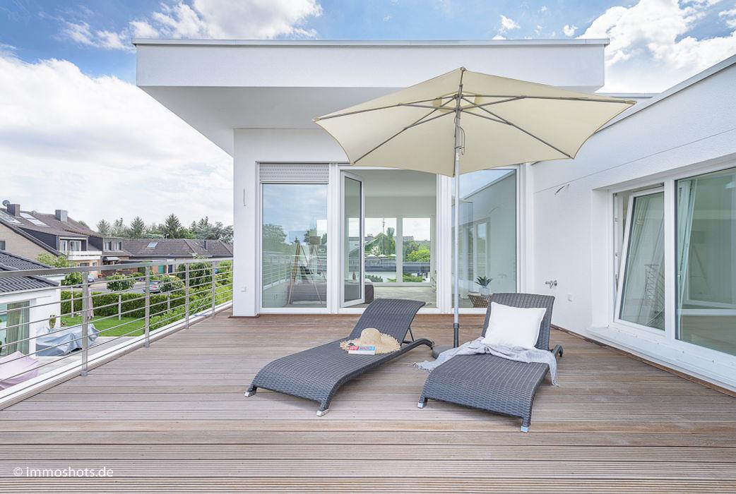 Dachterrasse vor dem Schlafzimmer Immotionelles Moderner Balkon, Veranda & Terrasse